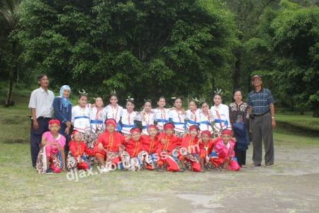 Para siswa dan guru Taman Kesenian Ibu Pawiyatan Taman Siswa Yogyakarta